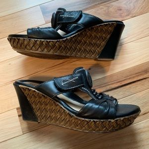 Earth Wedge Black Leather sandals